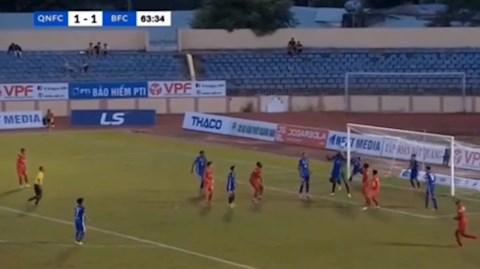 Thủ môn va chạm với đồng đội, trọng tài vẫn hủy bàn thắng hình ảnh