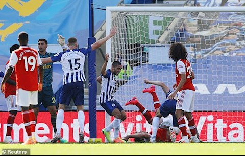 Brighton go hoa 1-1 sau mot tinh huong phat goc
