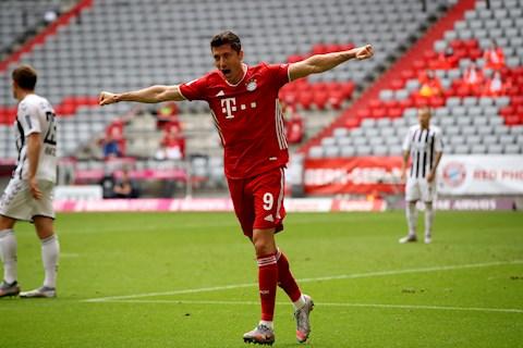 Lewandowski in dau giay vao ca 3 ban thang cua Bayern