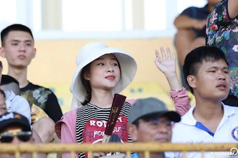 Trời nắng gần 40 độ, vợ bầu 8 tháng của Phan Văn Đức vẫn tới sân cổ vũ cho chồng hình ảnh 2