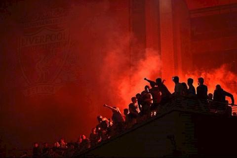Virus không ngăn nổi cái sướng, vô số NHM Liverpool đổ về Anfield hình ảnh