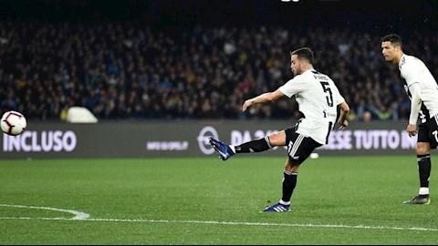 Tiền vệ Miralem Pjanic đe dọa vị trí đá phạt của Messi ở Barca hình ảnh