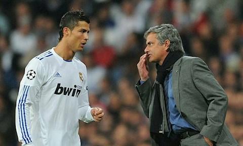 Tiền đạo Cristiano Ronaldo rơi lệ vì bị Mourinho chèn ép hình ảnh