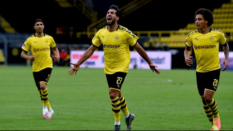 Emre Can (so 27) khai thong be tac cho Dortmund