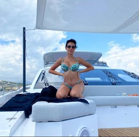 Thăm siêu du thuyền của Ronaldo Gái xinh trên giường, rượu ngon trên bàn hình ảnh 2