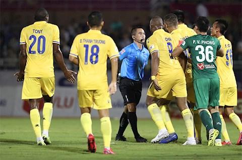 CLB Nam Dinh lien tiep bi cac trong tai V-League xu ep