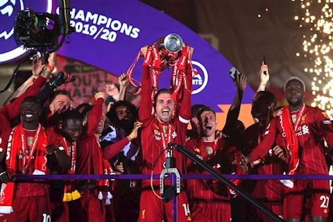 Liverpool giuong cao chuc vo dich Premier League