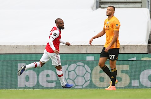 Lacazette an dinh chien thang 2-0 cho Arsenal