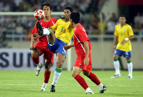 Ngày này năm xưa Bóng đá Việt Nam chạm trán Olympic Brazil của Ronaldinho hình ảnh 2