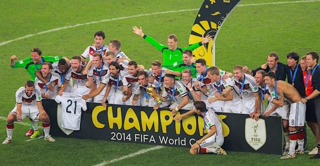 Doi tuyen Duc chup anh cung chiec cup vo dich tai tran chung ket World Cup 2014.