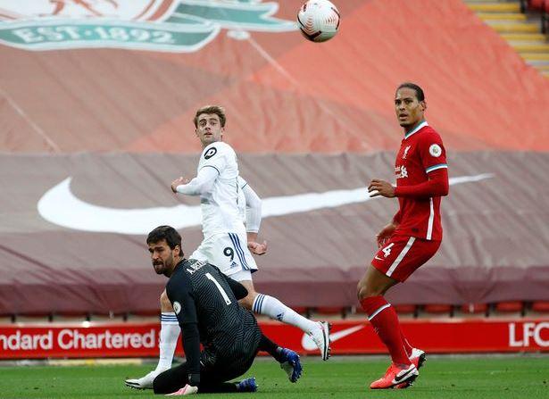 Liverpool vs Leeds Bamford ghi ban sau khi Van Dijk loi