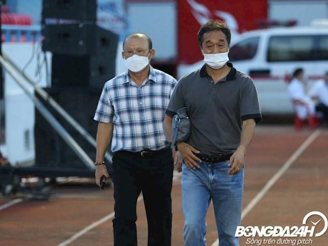 HLV Park Hang Seo cung tro ly Lee Young Jin co mat o san Cam Pha de theo doi tran dau