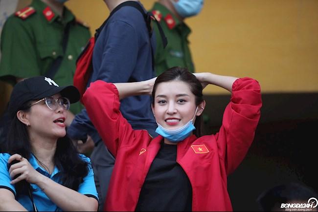 Á hậu Huyền My rạng ngời trên khán đài ở chung kết cúp Quốc gia 2020 hình ảnh 3