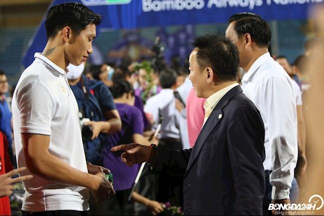 CLB Hà Nội giành Cúp Quốc Gia, bầu Hiển trao đổi với Văn Hậu  hình ảnh