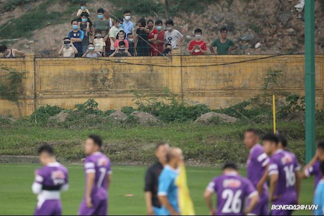 Người hâm mộ theo dõi thầy trò HLV Park Hang Seo tập luyện từ ngoài tường rào