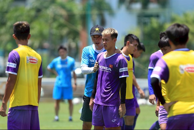 Assistant Kim Han-yoon for the U22 Vietnam team to exercise in the midday sun