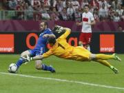 Chu nha Ba Lan may man thoat khoi that bai truoc cuu vuong Hy Lap trong ngay khai mac Euro 2012