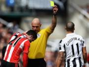 Vua san co Howard Webb bi giang cap
