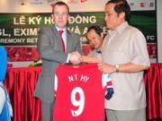 Phia Arsenal se mang doi hinh manh nhat den Viet Nam