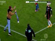 Fan cuồng của Hamburg nhảy vào sân tấn công Franck Ribery