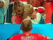 Con trai Robben khoc nuc no sau tran cau that bai cua bo
