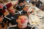 De Bruyne và đồng đội Bỉ vui đùa xả ga trong Ngày Mũi Đỏ