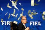 SOC: Hung con mua tien, chu tich Sepp Blatter bi ha nhuc cong khai o tru so FIFA