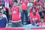 VIDEO: Fan MU quẩy tưng bừng trong đám fan Liverpool và cái kết đầy bất ngờ