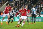 M.U de Newcastle cam hoa: Mot minh Rooney la khong du