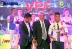 Cận cảnh màn dở khóc dở cười của HLV Hữu Thắng ở Gala trao giải V-League 2016