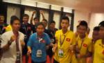 Clip nong: U19 Viet Nam an mung tung bung trong phong thay do