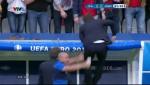 HLV Conte phat khung sau ban thang an dinh ty so 2-0 cua Pelle