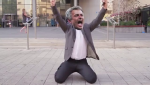 Clip sieu hai: Mourinho suong phat dien khi tom duoc pokemon Pogba