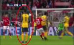 Fan Arsenal tuc gian khi Ozil dung im nhin Robben ghi ban