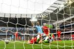 Liverpool may man thoat khoi hai qua phat den