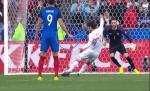 Tiền đạo Giroud chỉ điểm cho thủ môn Lloris bắt 11m