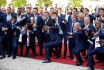 Tổng thống Pháp dab cùng Pogba trong lễ mừng công