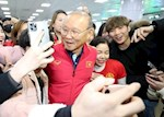 VIDEO: HLV Park Hang Seo duoc chao don nong nhiet tai que nha Han Quoc
