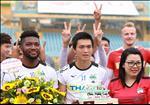 ANH: Hong Duy them sung cho Tuan Anh khi duoc NHM tang banh sinh nhat
