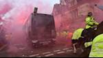 Hoi hooligan cua Liverpool bay muu tan cong xe bus MU