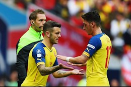 Vi Ozil, Jack Wilshere chi trich Arsenal du doi