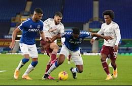 Vào bóng thô bạo, sao Arsenal may mắn thoát thẻ đỏ trong trận thua Everton
