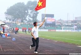 CĐV trèo rào xuống sân trận ĐT Việt Nam vs U22 Việt Nam và cái kết đắng