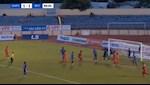 Thủ môn Quảng Nam va chạm với ... đồng đội, trọng tài vẫn hủy bàn thắng