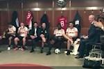 VIDEO: Khoanh khac xuc dong khi Sir Alex tro lai phong thay do Manchester United