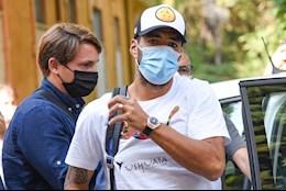 Chua thi da biet dap an, Luis Suarez bi canh sat tom dinh
