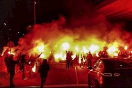 Fan Ajax tiễn Van de Beek sang MU bằng… pháo sáng