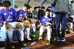 CLB Ha Noi to Nam Dinh tuoi nuoc len mat san: Dinh Trong giu giay bet dat va co