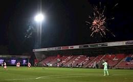 Trận Cheltenham vs Man City bị gián đoạn vì pháo hoa