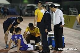 Bầu Hiển xuống sân thăm hỏi chấn thương của Bùi Hoàng Việt Anh